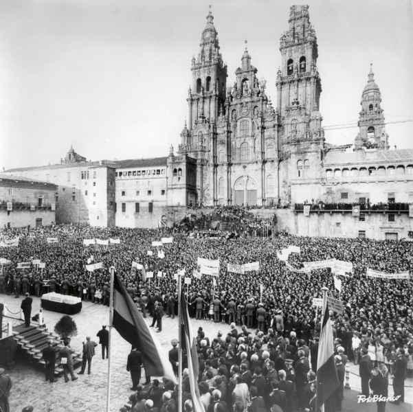 Entrega dos títulos de propiedade de concentración parcelaria. Santiago de Compostela, 1968.
