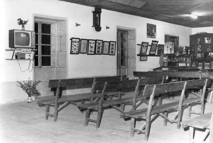 Sala de teleclube en Santa María de Luou. Teo (A Coruña), 1970