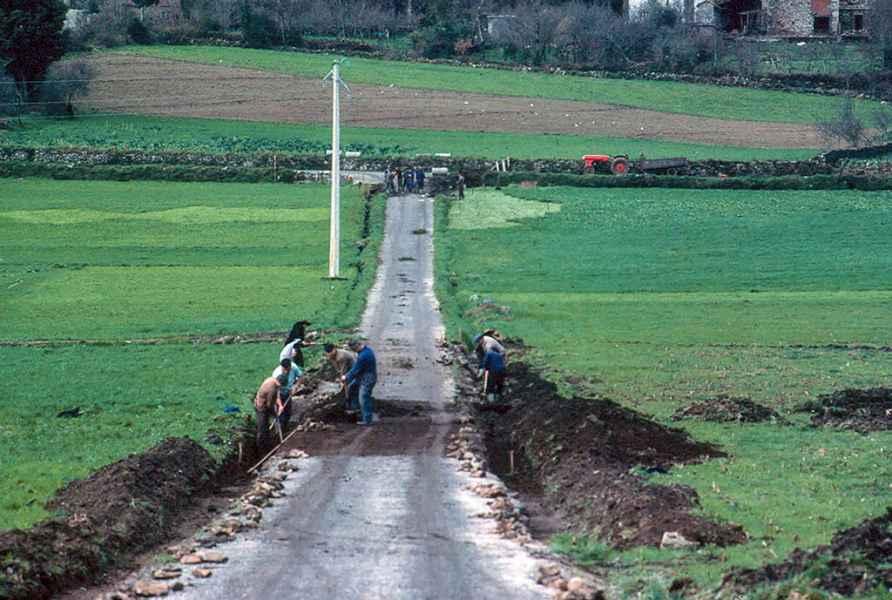 Veciños reparando camiño. Negreira (A Coruña), 1979